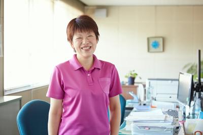 笑顔の事務員の女性の写真