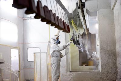 溶剤塗装の作業風景