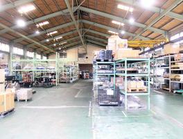 広々とした倉庫の中の風景写真
